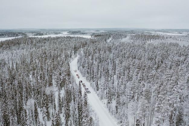 Auto's rijden door een betoverend besneeuwd landschap in finland