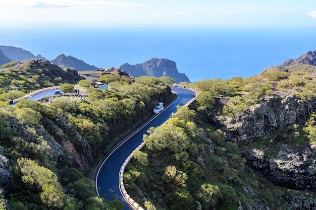 Auto's rijden op tf-436 berg zig-zag weg in de macizo de teno bergen, eiland tenerife, canarische, spanje. start in masca en eindigt in santiago del teide
