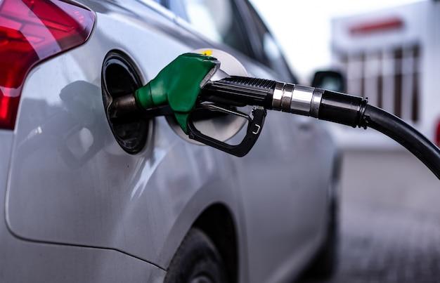Auto's tanken bij een tankstation