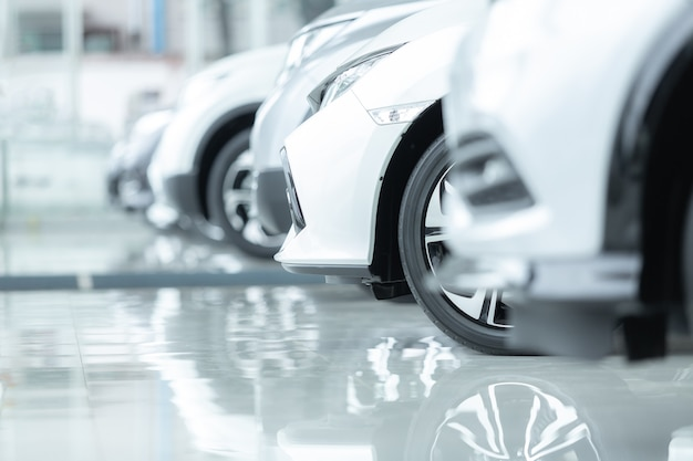 Auto's te koop, auto-industrie, autodealerparkeerplaats.