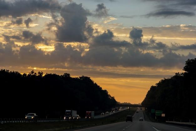 Auto's vast in het verkeer bij dramatische zonsondergang zonsondergang tijd soft focus