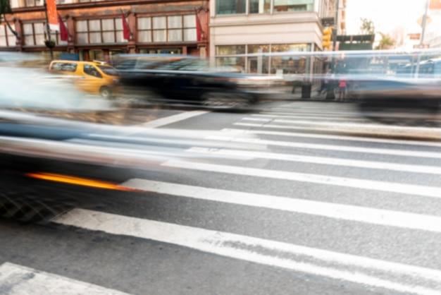 Auto's verplaatsen in het stadsverkeer