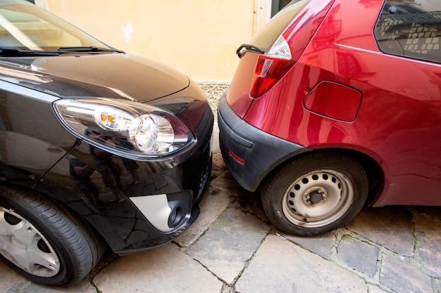Auto's worden op straat zeer strak tegen elkaar geparkeerd. een veelgebruikte manier van parkeren in grote europese steden.