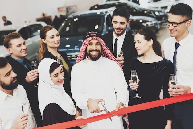 Auto salon saoedische zakenman en vrouw openen.
