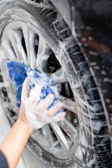 Auto schoonmaken en wassen buiten