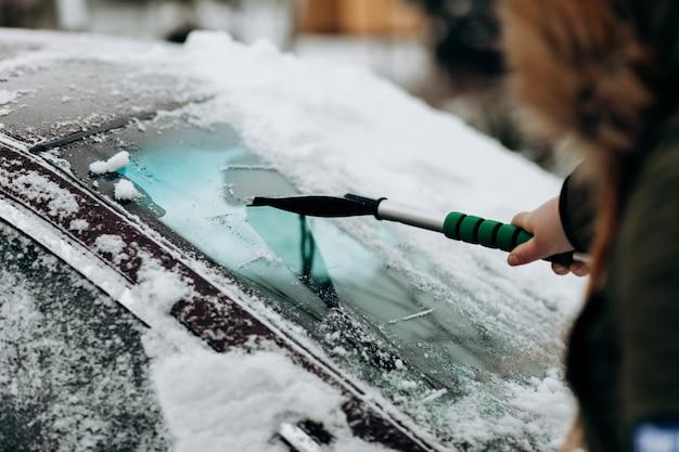 Auto schoonmaken van sneeuw