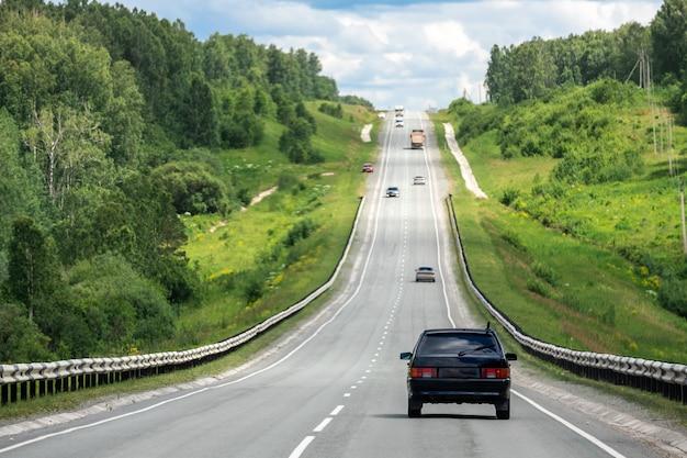 Auto sedan rijdt op een asfaltweg