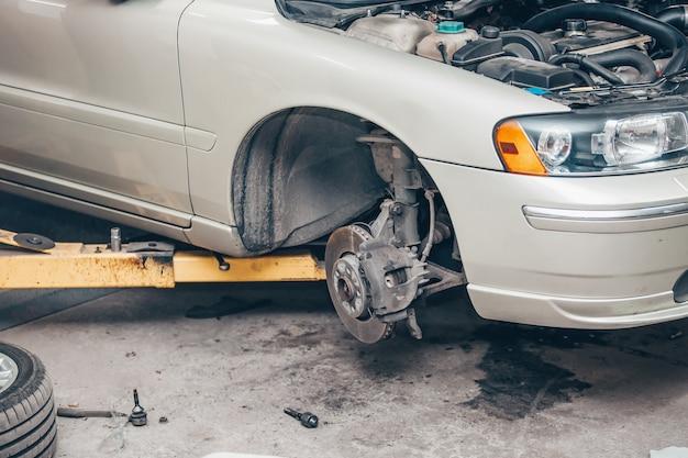 Auto servicecentrum concept, voertuig opgeheven op lift bij onderhoudsstation, auto reparatie en controle, reparatie van de auto