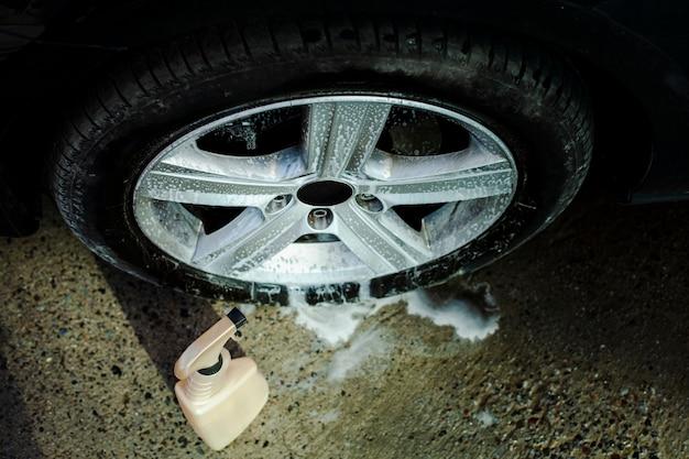 Auto spuiten wasmiddel en een wiel
