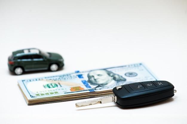 Auto verkopen. kleine sleutel, kleine auto, geld.