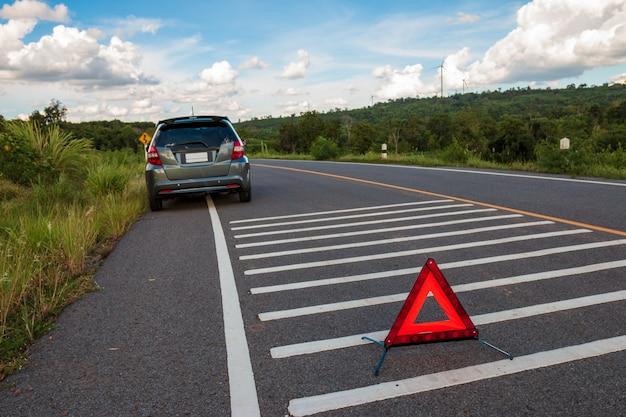Auto voor noodgevallen, stressvolle stemming tijdens de avonduren. langs de lokale weg ging car kapot en wachtte op hulp van iemand.