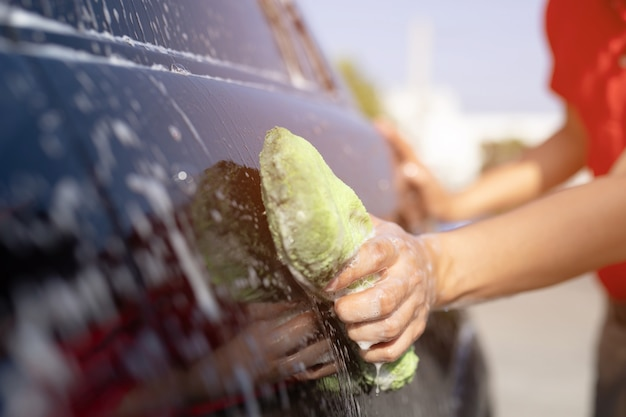 Auto wassen. auto reinigen met water onder hoge druk.