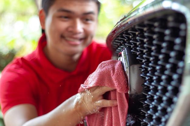 Auto wassen, auto reinigen spons gebruiken voor het wassen van auto