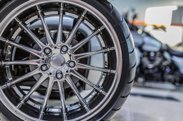 Auto wiel. close up van velgen van een sportwagen.