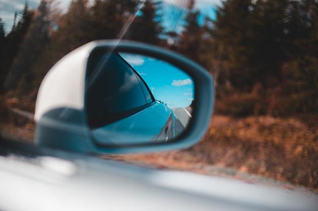 Auto zijspiegel met waterdruppeltjes