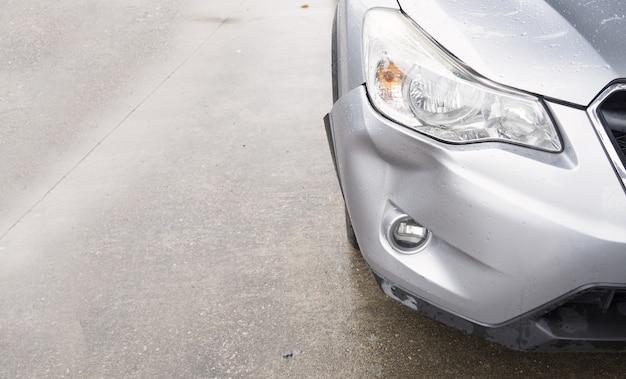 Auto zilveren kleur crash schade bumper pech ongeval