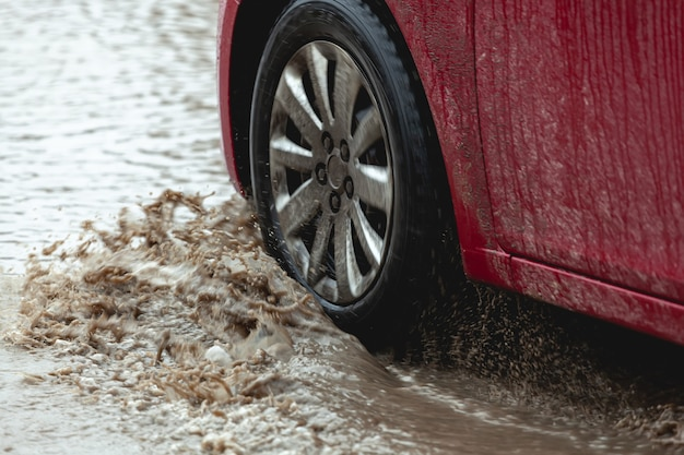 Auto zit vast in de modder, autowiel in vuile plas, ruw terrein