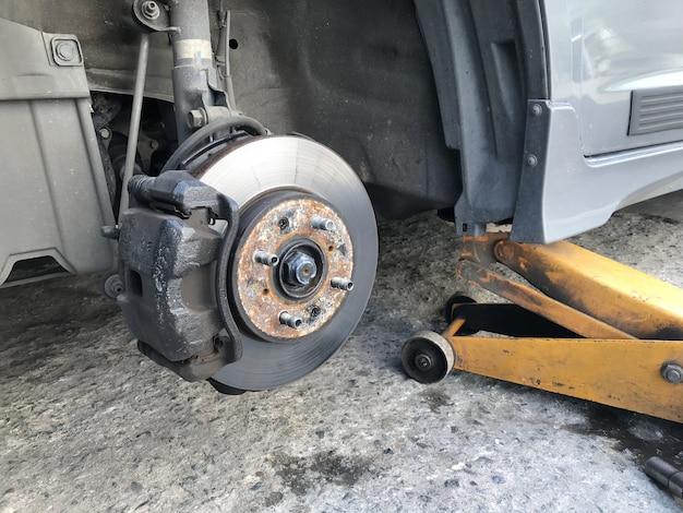 Auto zonder wiel en hef door hydraulische hefboom