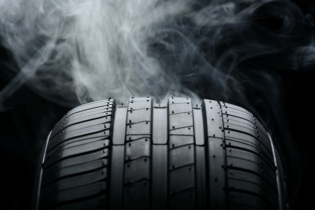 Autoband en rook op zwart