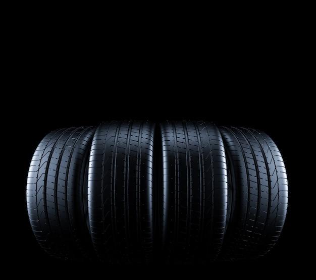 Autobanden geïsoleerd op zwart