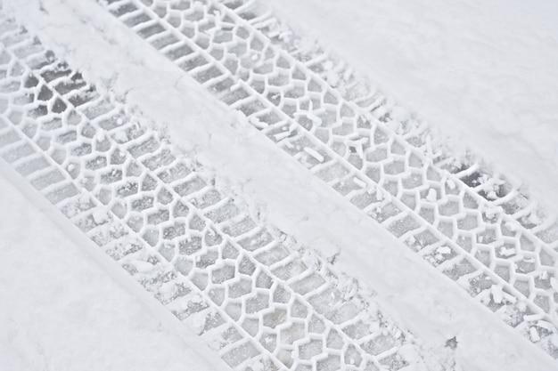 Autobandsporen in de sneeuw
