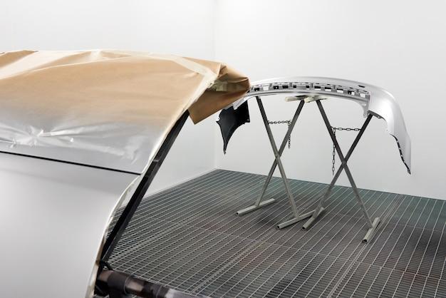 Autobumper na het schilderen. onderdelen van de auto drogen in spuitcabine.