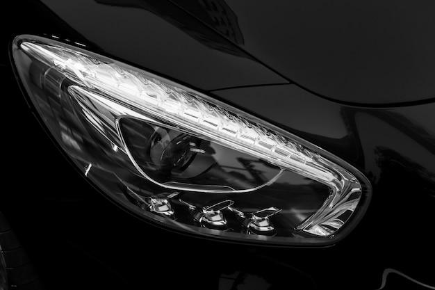 Autodetail, koplampen van een auto