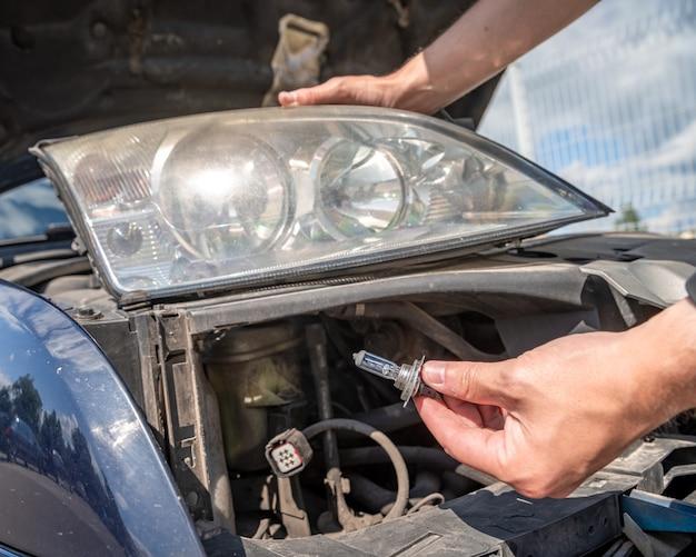 Autokoplamp reparatie door lampen te vervangen door nieuwe