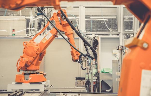 Automatische armen in de fabriek stopten vanwege het vertragen van de economie en het stopzetten van de productie