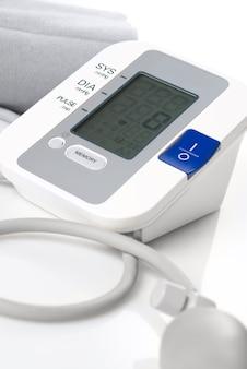 Automatische digitale bloeddrukmeter geïsoleerd op wit