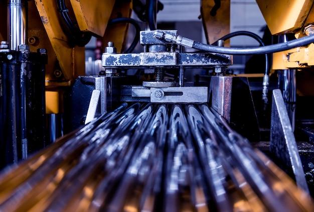 Automatische lintzaagmachine met waterkoeling voor het snijden van metalen buizen.