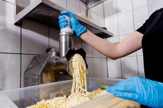 Automatische raspkaas voor khachapuri of pizza of pasta.