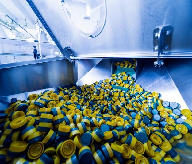Automatische vulmachine giet water in plastic pet-flessen. productie brouwen. corck machine