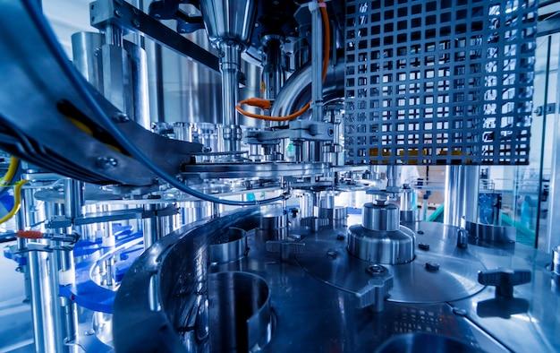 Automatische vulmachine giet water in plastic pet-flessen. productie brouwen.