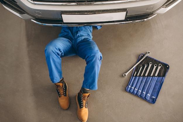 Automonteur die auto controleert