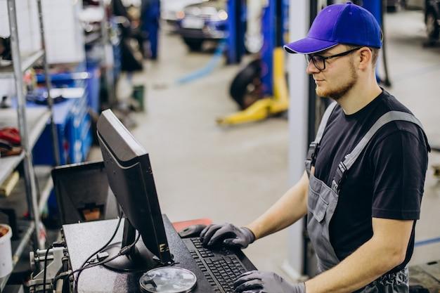 Automonteur die autoservice maakt
