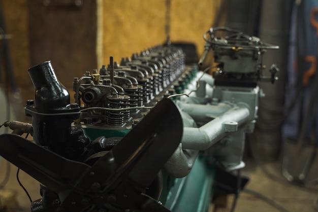 Automonteur die een motor herstelt. monteur bezig met de motor van een auto. mechanische werkplaats.