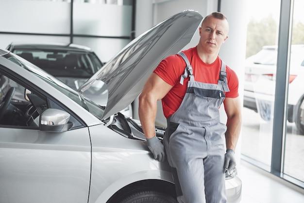Automonteur die in garage werkt. reparatie service.