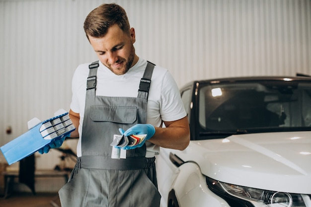 Automonteur die kleur voor auto kiest