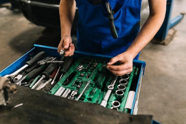 Automonteur die moersleutels kiest