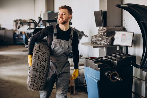 Automonteur die wielen in auto verwisselt