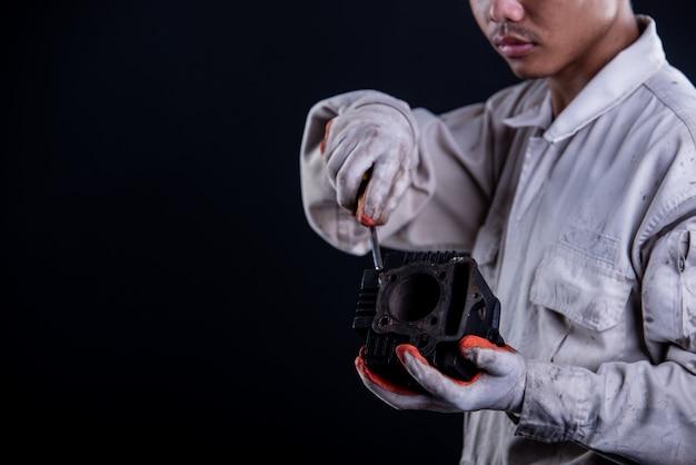 Automonteur dragen een witte uniforme stand houden moersleutel
