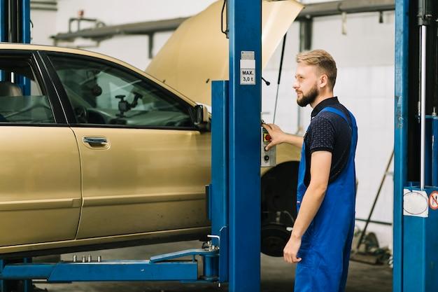 Automonteur op drukknop drukken