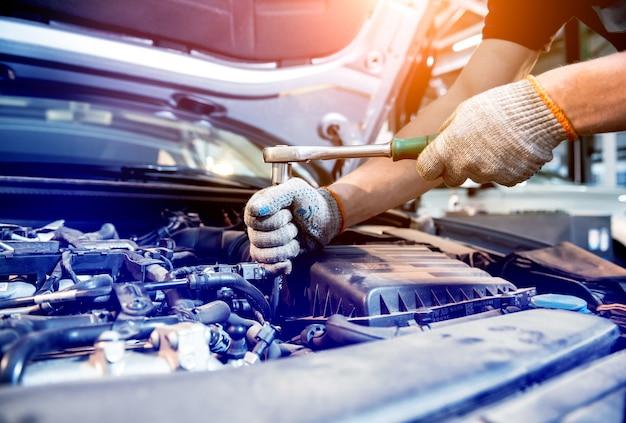 Automonteur reparatiemotor bij servicestation. auto reparatie.