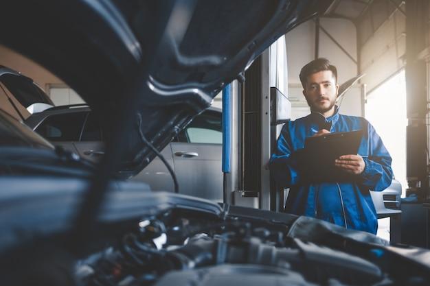 Automonteur repareren van auto's in de servicegarage