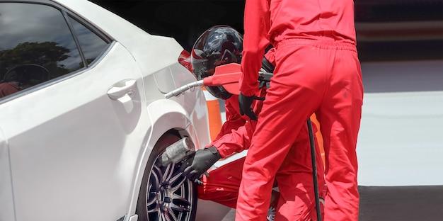Automonteur veranderen racewagenwiel