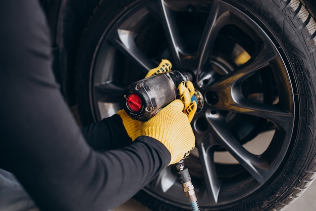 Automonteur veranderende wielen in auto