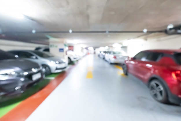 Autoparkeerterrein, abstract onduidelijk beeldautoparkeren in winkelcomplex.