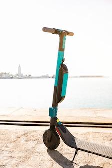 Autopedloze elektrische scooters geparkeerd op dock