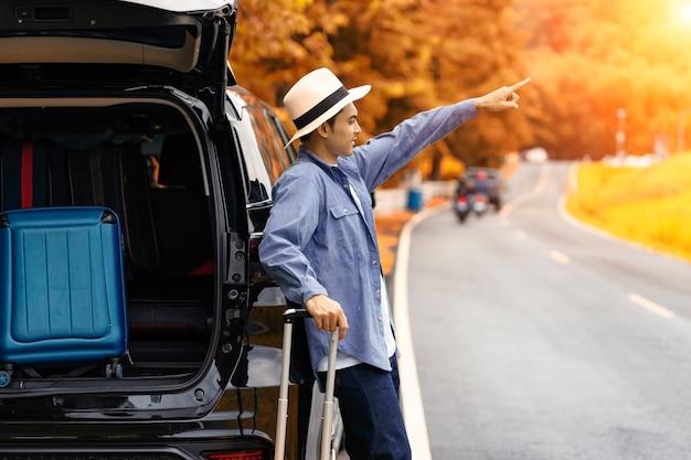 Autoreis in de zomer, groep mannelijke en vrouwelijke vrienden genieten van reizen met de auto